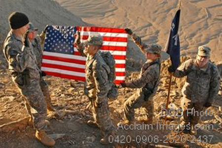 U_s_soldiers_holding_the_flag